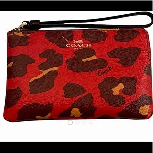 COACH Leopard print poppy wristlet❤️👀